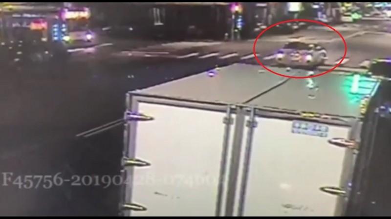 監視器拍下肇事的小轎車。(記者曾健銘翻攝)