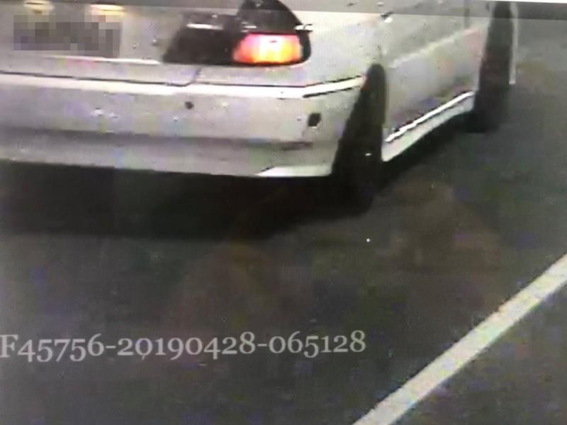 警方拍下肇事車輛車牌。(記者曾健銘翻攝)