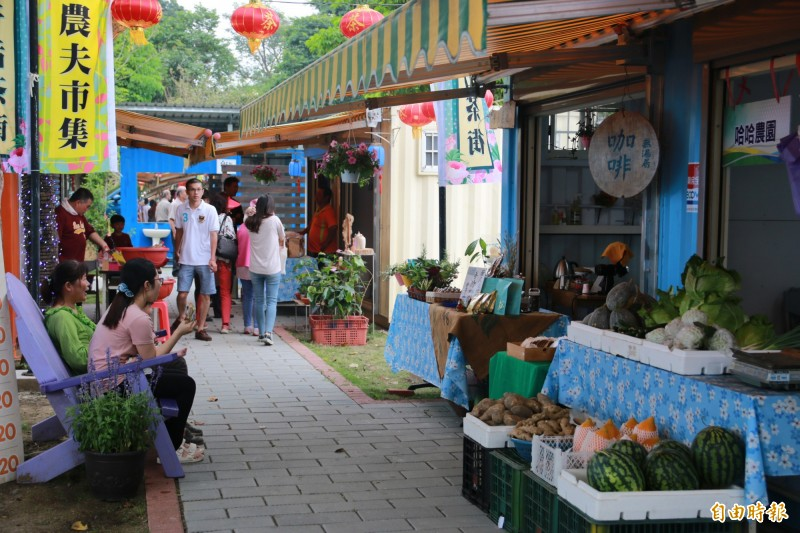南庄農夫市集午後茶街開張,12個攤位販售在地農產、餐點及咖啡等美食,盼留住遊客腳步。(記者鄭名翔攝)