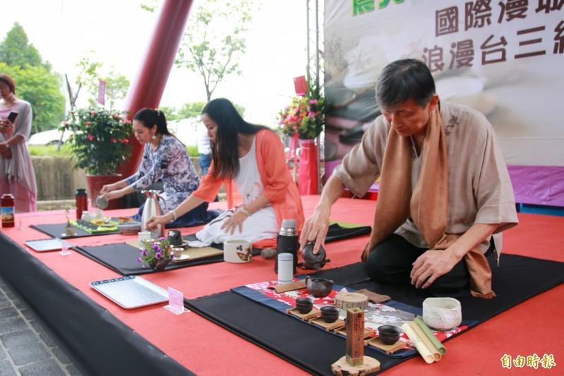 開幕儀式上請來茶博士沖泡在地東方美人茶,讓遊客品茗賞美景。(記者鄭名翔攝)