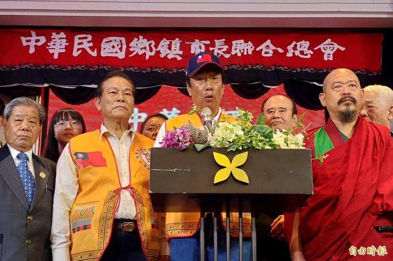鴻海董事長郭台銘(前排右2)表示,「國防靠和平」的說法遭到曲解。(記者張菁雅攝)