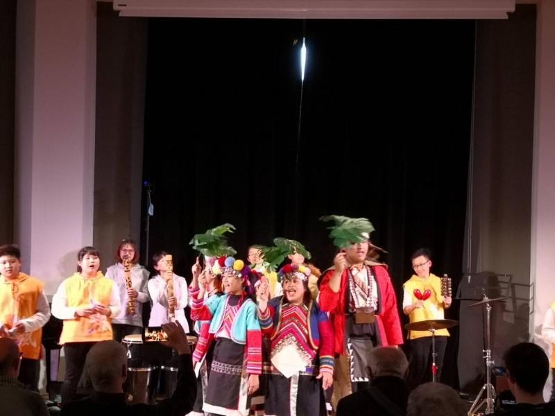 鄒族神話故事音樂劇在義大利布德里奧國際陶笛節演出。(築風陶笛樂團提供)