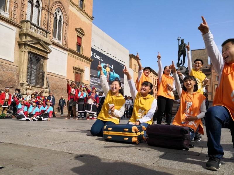 鄒族神話演出在義大利布德里奧國際陶笛節受到各國觀眾喜愛。(築風陶笛樂團提供)
