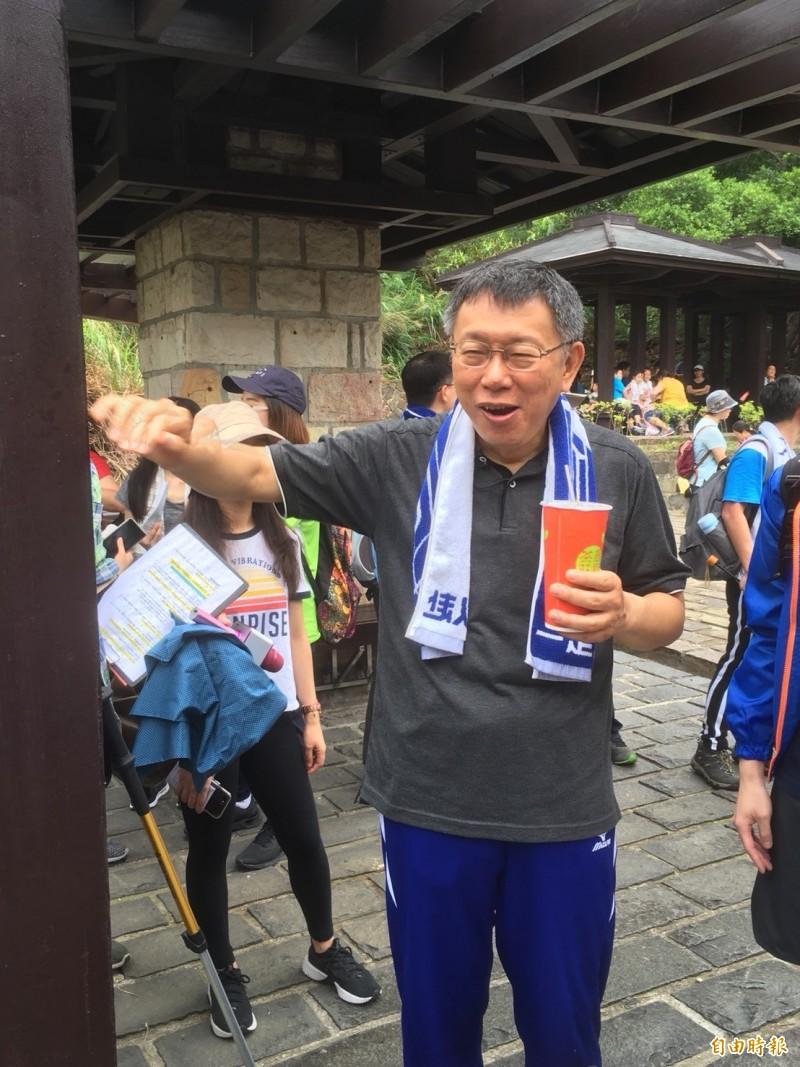 台灣區絲織公會今(28)日舉辦健行活動,台北市長柯文哲也一起參加。(記者陳柔蓁攝)