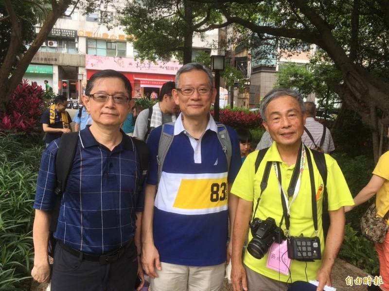 絲織公會名譽理事長戴宏怡(左)、現任理事長莊燿銘(中)、絲織公會顧問王能賢(右)。(記者陳柔蓁攝)