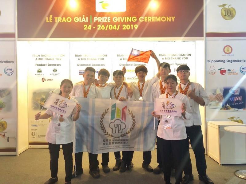 2019第8屆越南烹飪挑戰賽24日在越南登場,基隆市私立經國管理暨健康管理學院餐旅廚藝管理系8位學生參賽,拿下3金4銀7銅及大會最佳衛生獎。(記者俞肇福翻攝)