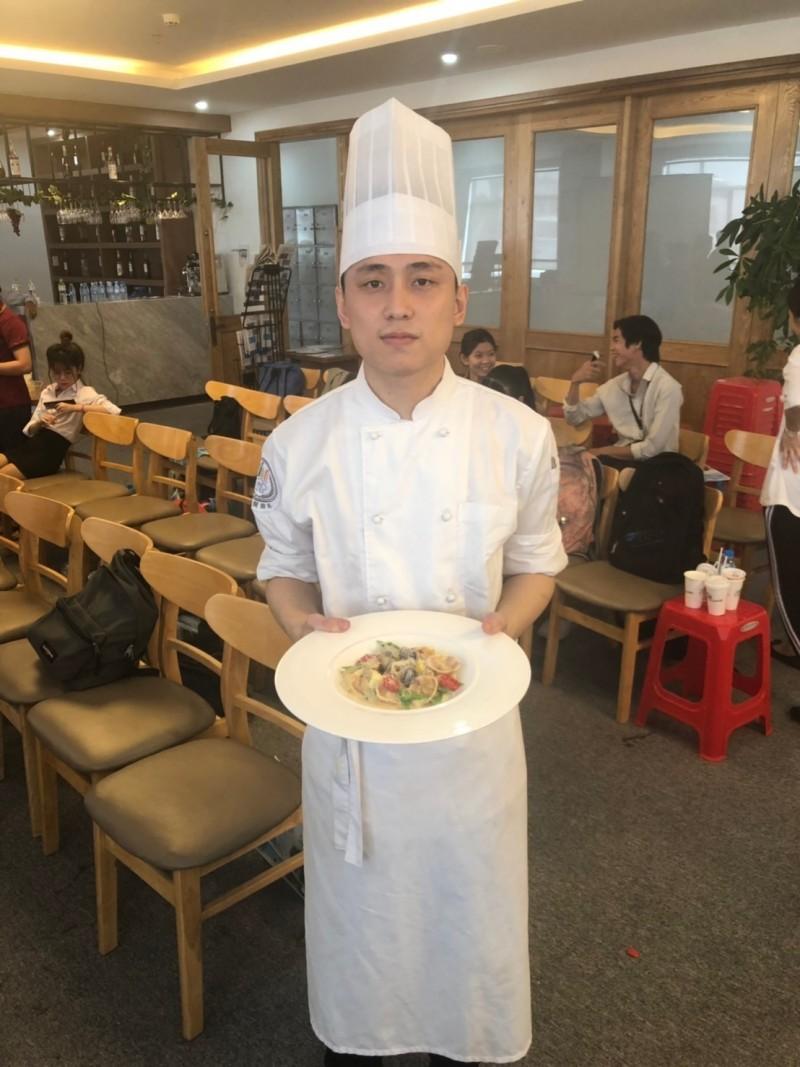 來台就讀經國管理暨健康管理學院餐旅廚藝管理系越南專班的越南學生李志雄,在2019第8屆越南烹飪挑戰賽拿下義大利麵組銀牌。(記者俞肇福翻攝)