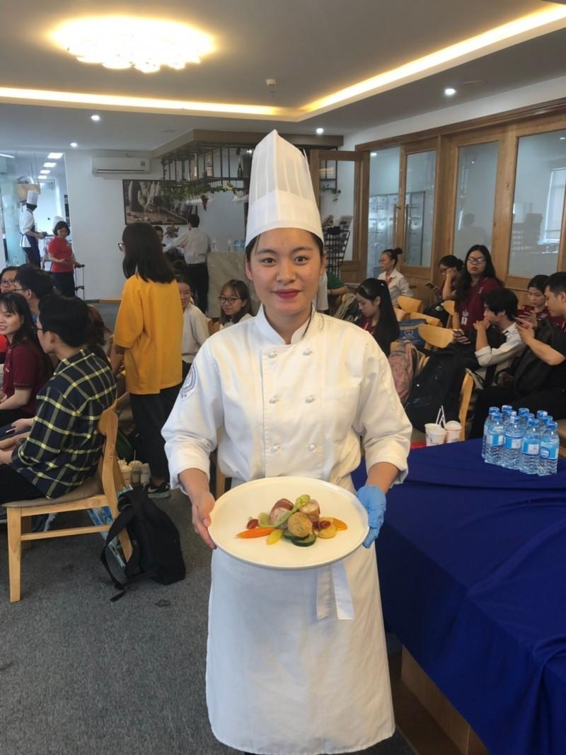 來台就讀經國管理暨健康管理學院餐旅廚藝管理系越南專班的越南學生黎瓊莊,在2019第8屆越南烹飪挑戰賽拿下西式禽類組銀牌。(記者俞肇福翻攝)