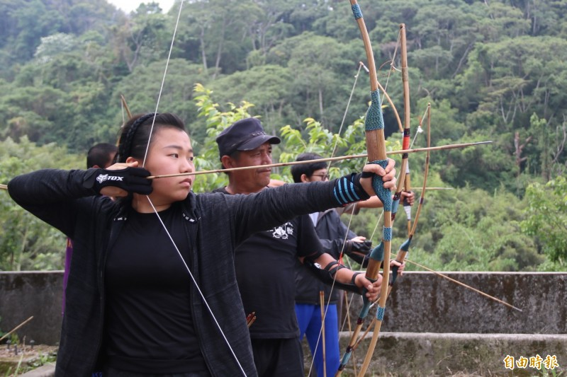 弘光科大助和平區三叉坑部落重拾傳統弓箭技藝,成立射箭隊。(記者歐素美攝)