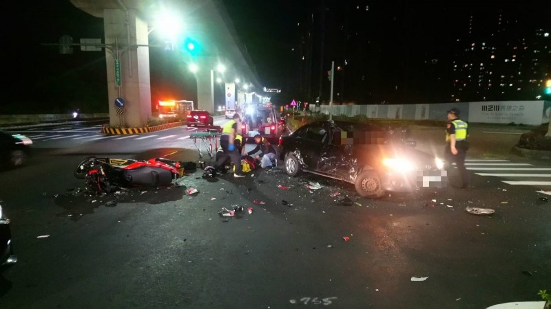 重機閃避不及撞上小轎車車頭,現場一片混亂。(記者曾健銘翻攝)