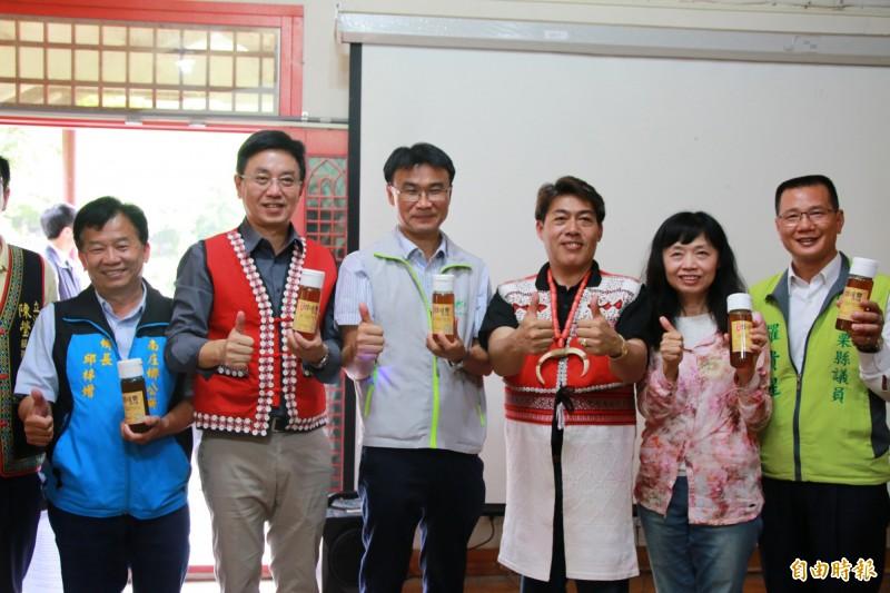 農委會主委陳吉仲(左三)表示,農委會已與養蜂產業討論,近期將推出7道輔導措施,同時推動林下經濟生產的森林蜜,補足市場需求。(記者鄭名翔攝)