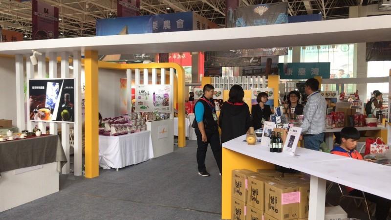 台中市農友至中國東山參加國際蔬果科技博覽會,販售台中市的農特產品,抱怨幾乎沒有什麼人潮及買氣。(農友提供)