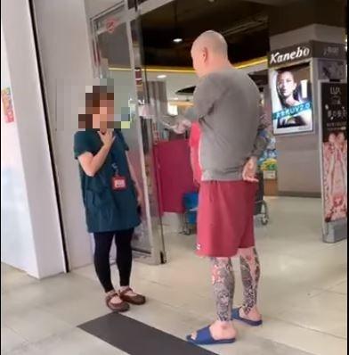 男子在店門口對著女店員大聲咆哮怒罵。(記者鄭名翔翻攝)
