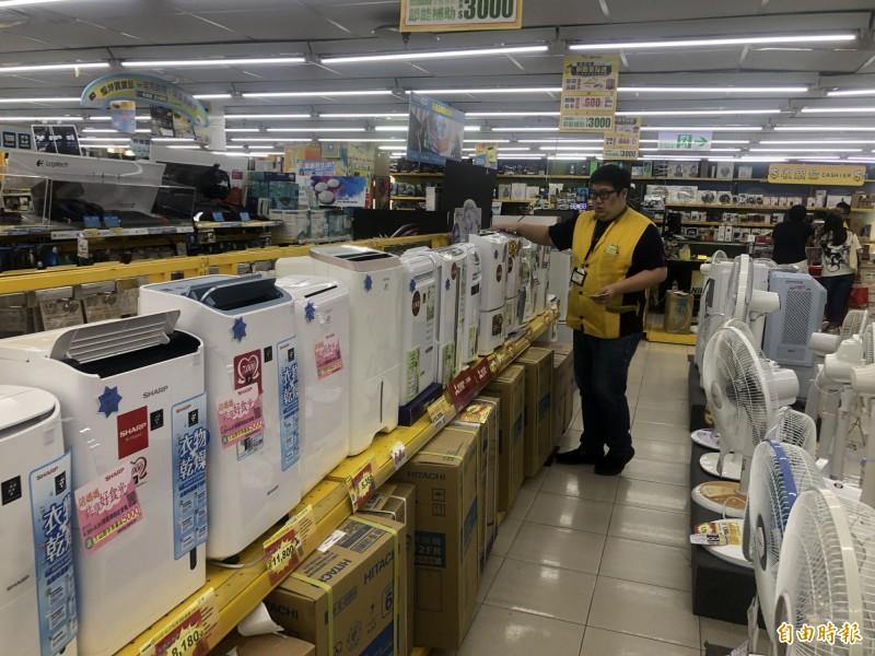 基隆氣候多雨因素,除濕機是熱賣商品(記者盧賢秀攝)