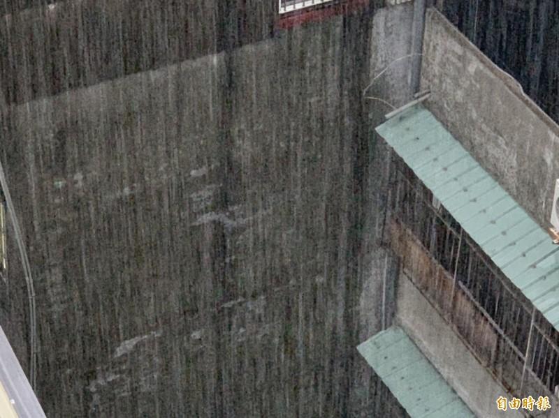 梅雨降臨,今天清晨中部地區一度降下暴雨。(記者湯世名攝)