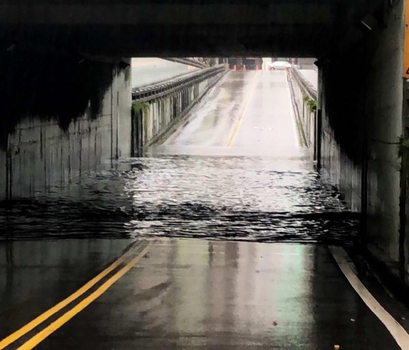 今晨暴雨,彰化市民生地下道一度因淹水數十公分深而封閉。(車友提供)