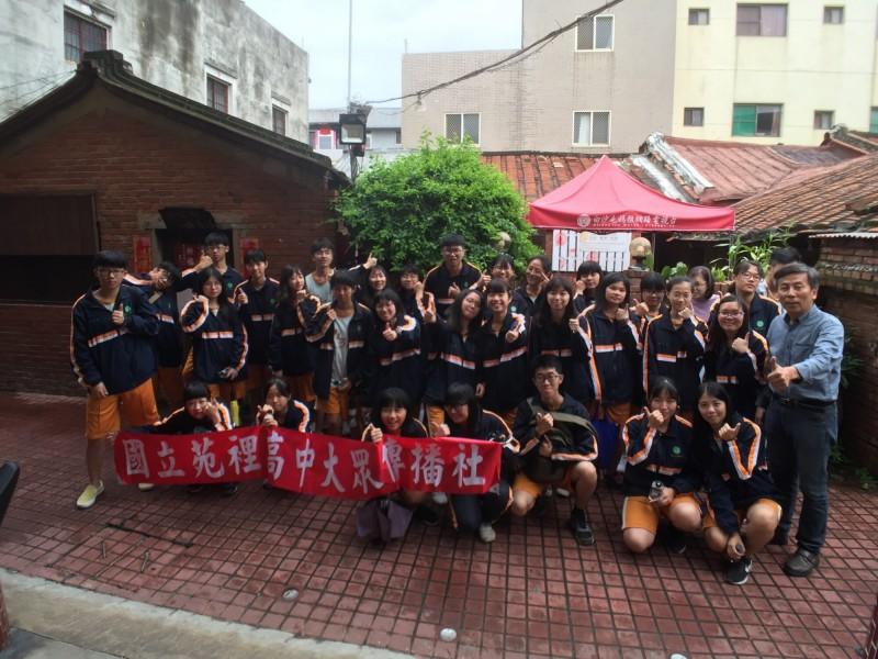 國立苑高大傳社在指導老師劉靜螢帶領下,35名學生到白沙屯媽祖網路電視台參訪。(駱調彬提供)
