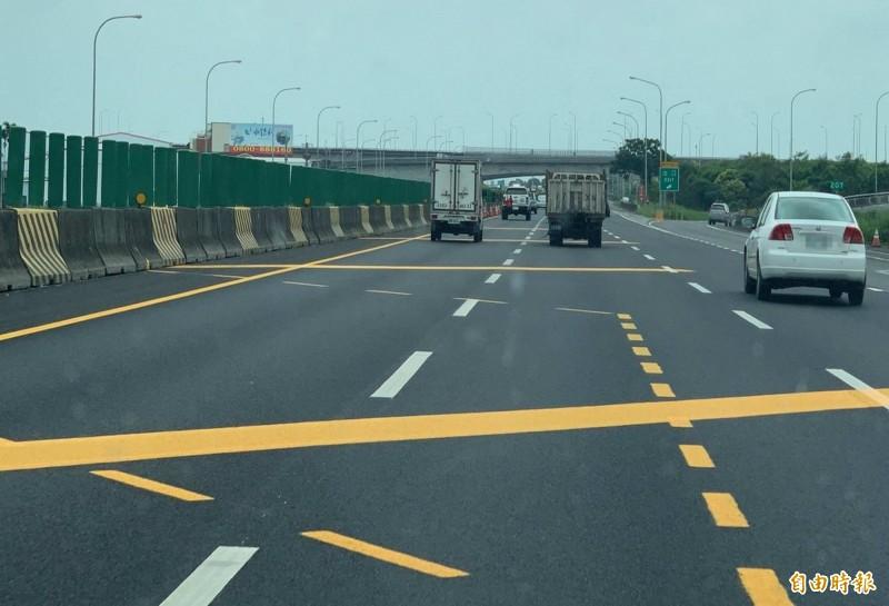 施工單位在國道1號204至206公里之間路面劃設標線,標線有黃、有白,有實線也有虛線,整條國道有如一條彩繪道路,讓用路人看得霧煞煞。(記者湯世名攝)