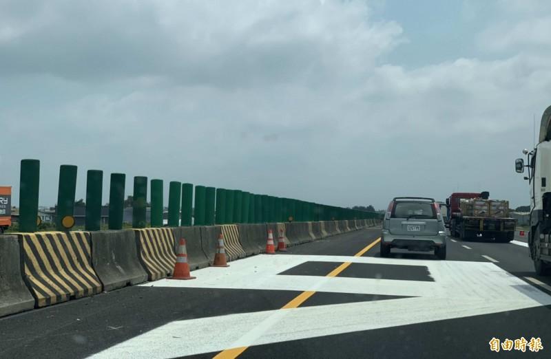 施工單位在國道1號204至206公里之間路面劃設標線,標線有黃、有白,還有像數字6的白線,整條國道有如一條彩繪道路。(記者湯世名攝)