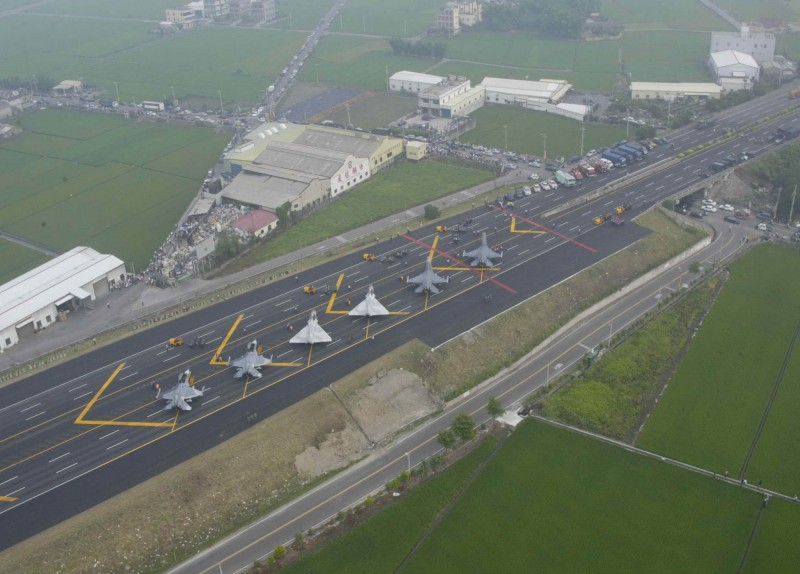 12年前在國1彰化員林段戰備道的戰機起降演練,當時路面劃設的標線,與今年演練的標線大同小異。(軍方提供)