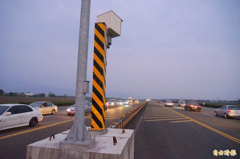 佳冬戰備跑道僅架設路中央的測速照相桿,卻無任何路燈、監視器等。(記者陳彥廷攝)