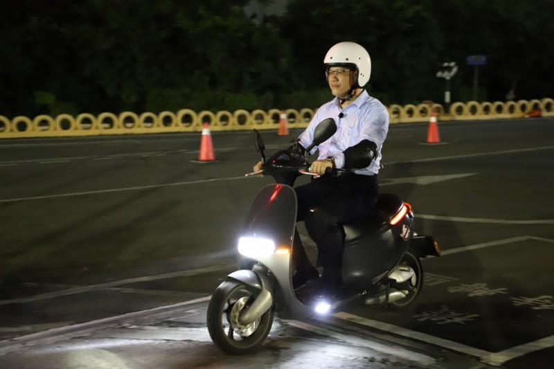 交通部長林佳龍赴駕訓班學騎機車 希望老婆能當他的乘客。(圖:交通部提供)
