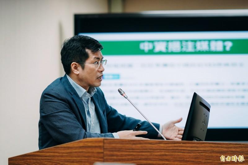 民進黨立委羅致政在立法院外交及國防委員會上質詢假消息問題。(記者黃欣柏攝)