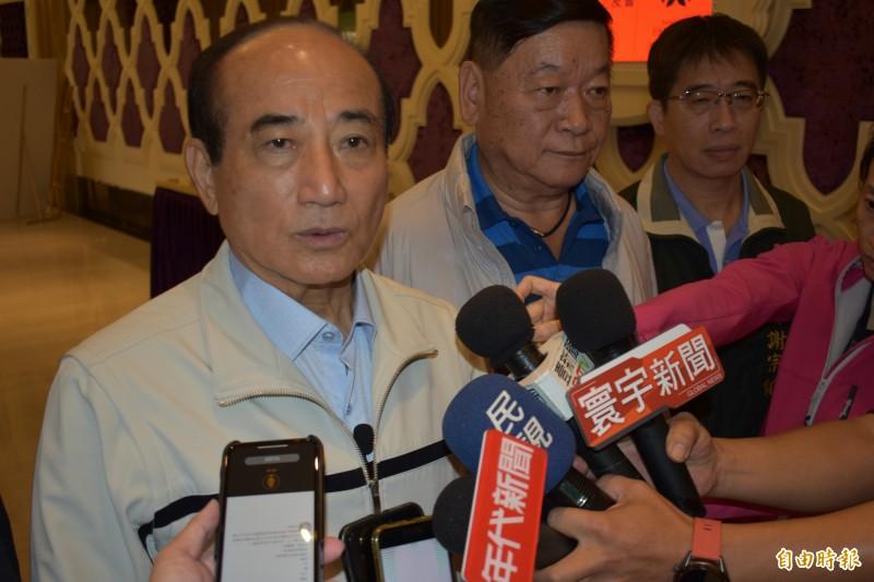 王金平指出,給黨主席給吳敦義看「他們與蠢的距離」,是呈現第三方公正的聲音。(記者張瑞楨攝)