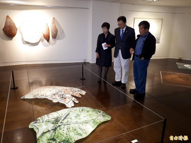 國家文藝獎得主楊明迭在交大藝文中心展出個展,將版畫結合紙漿和玻璃,冷光和導電油墨等科技技術,創造出版畫的無限可能,也讓人感受到版畫的驚奇。(記者洪美秀攝)