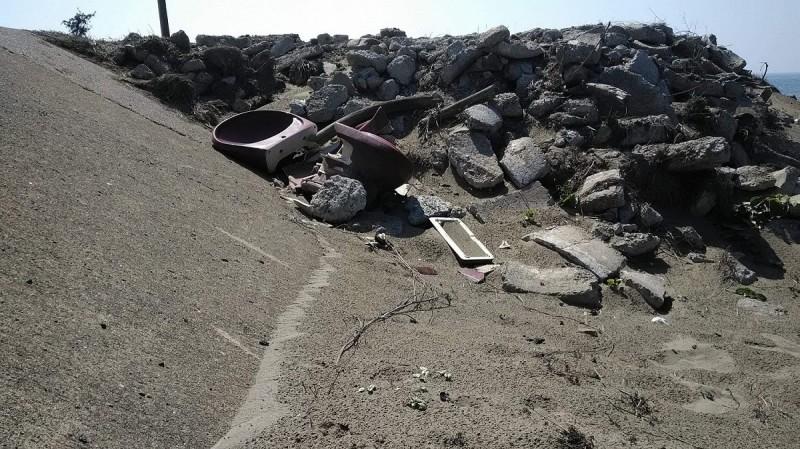 厚葉牽牛唯一生育棲地遭人傾倒營建廢棄物破壞。(台南大學教授謝宗欣提供)