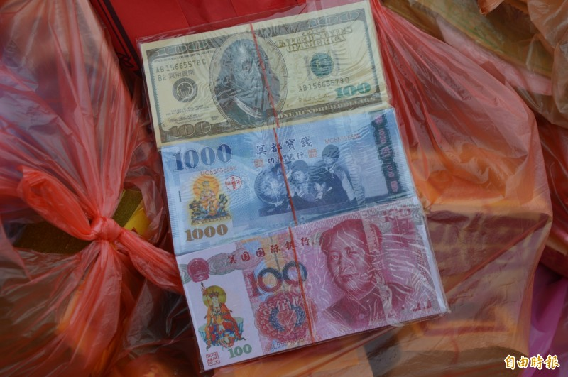 張男誤認美金冥紙是真鈔,拿到銀行想換新台幣,圖上方為類似的美金冥紙。(記者張瑞楨攝)