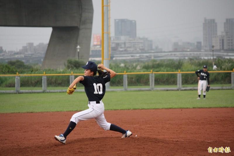 林庭瑋曾在中信盃第四屆黑豹旗全國高中棒球賽中,創下第一位女投手單場12K紀錄。(林庭瑋提供)