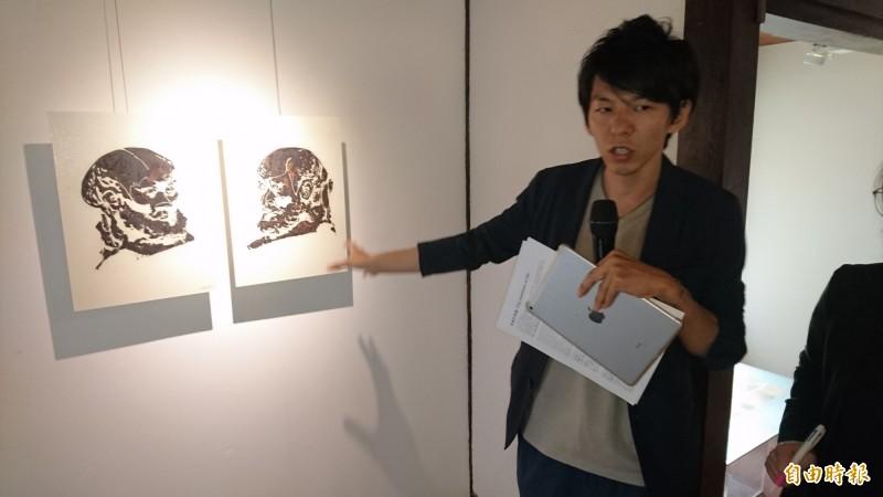 藝術家湯川親自導覽解說作品。(記者楊金城攝)