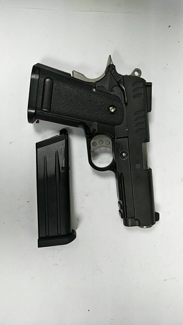 警方起獲犯案用的瓦斯槍。(記者王宣晴翻攝)