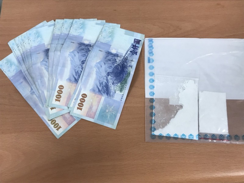 警方起獲剩餘贓款及海洛因毒品。(記者王宣晴翻攝)