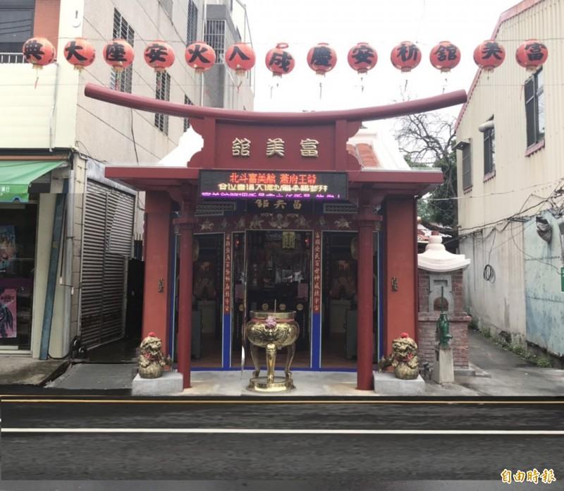 富美館裝「鳥居」遮雨棚,被譏為「日本臉」。(記者顏宏駿攝)