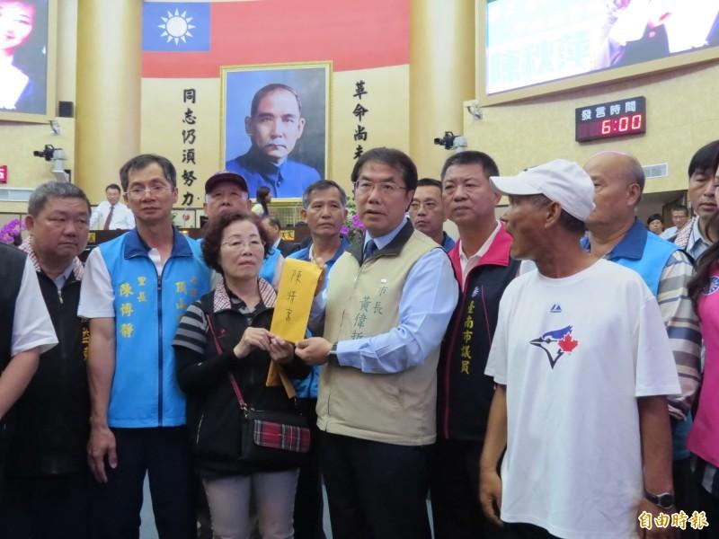 漁民反種電,赴台南市議會向備詢的市長黃偉哲陳情。(記者蔡文居攝)
