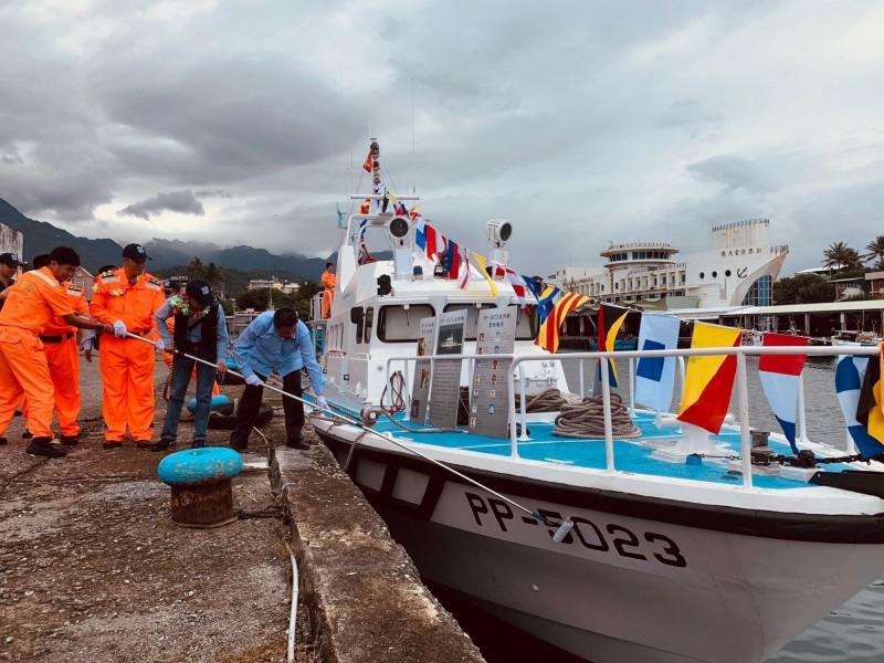 持滾輪去除船號,象徵5023及5026巡防艇艦正式退出藍色國土守護者序列。(記者陳賢義翻攝)