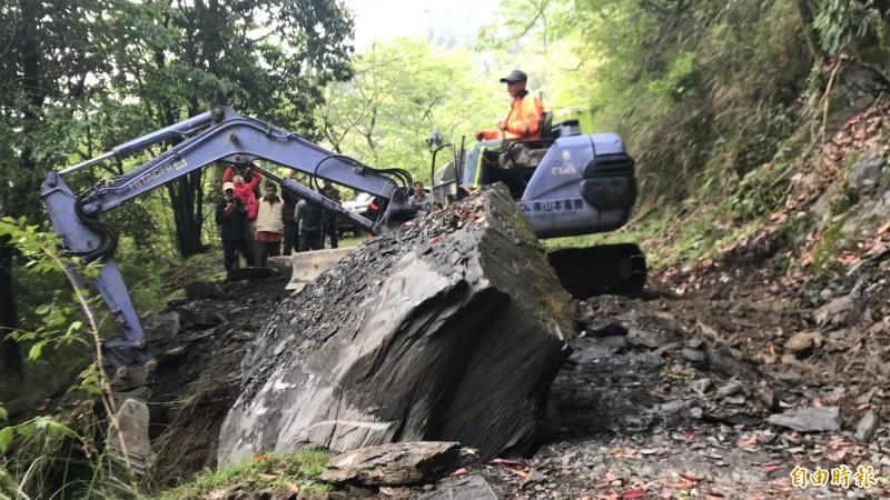 大鹿林道東線15公里處重約10幾公噸的落石,今天下午4點過後排除,總算全線搶通。(記者黃美珠攝)