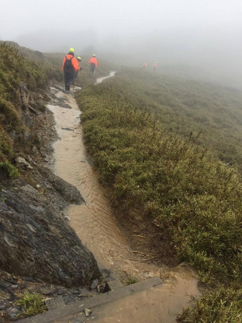 大霸尖山連3天大雨,攻頂的山徑昨天中午過後ㄧ度如「小黃河」。(新竹縣政府消防局第2大隊提供)