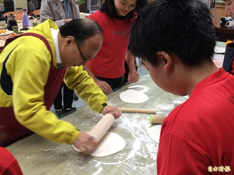 教育部和灃食公益飲食文化教育基金會合辦「2019灃食SUPER校廚大賽」,圖為台北市教育局長曾燦金(左一)曾赴北市溪山國小和學童們一起製作美味的披薩「加菜」。(記者林曉雲攝)