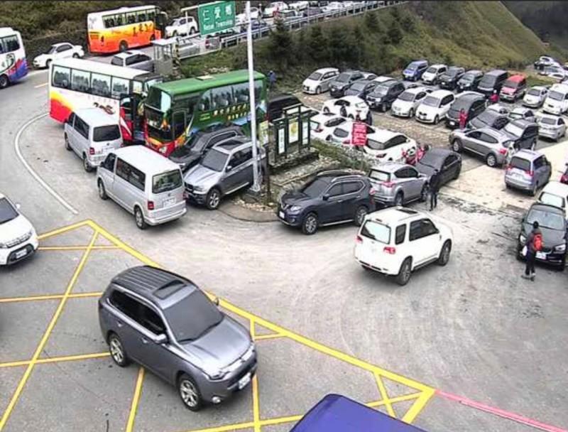 今天一早合歡山莊、松雪樓停車場即停滿賞花遊客車輛。(記者佟振國翻攝)