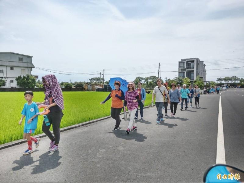 七賢國小今舉辦健行活動,見證河堤整治成果。(記者張議晨攝)
