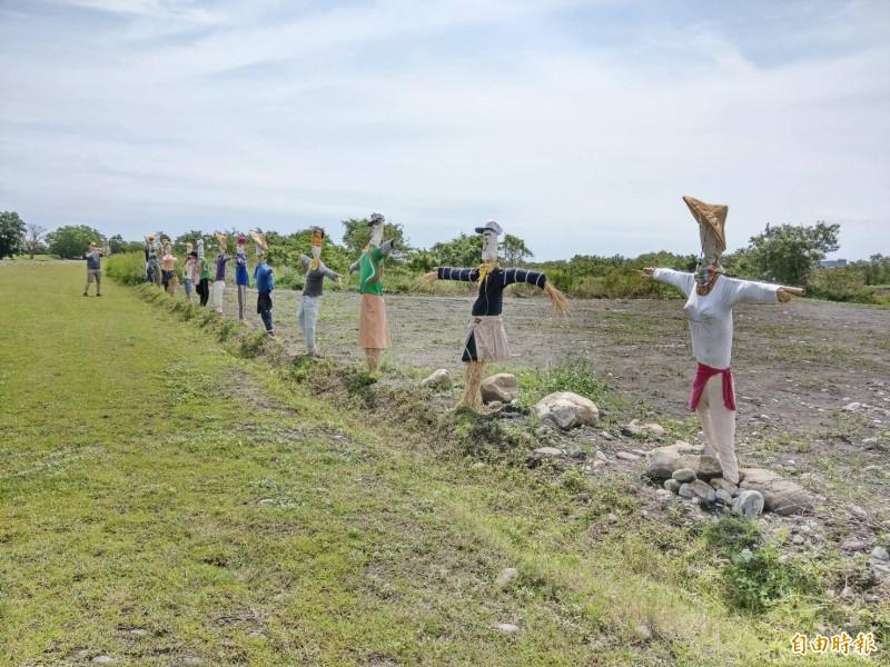 七賢國小師生在河堤打造稻草人,營造另個河堤景點。(記者張議晨攝)