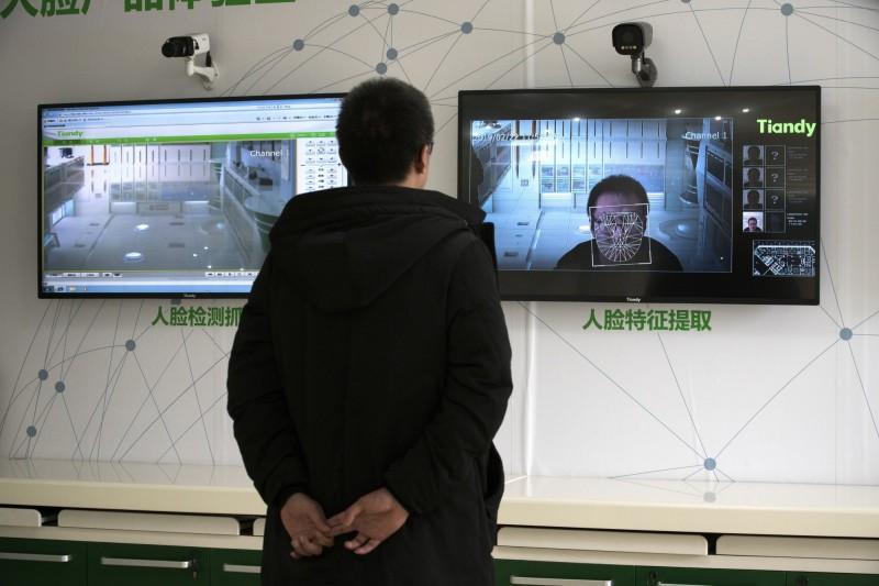 美國科技新聞網站TechCrunch指出,中國政府的人臉辨識監控系統,已從新疆擴至全國各地。圖為中國科技公司「天地偉業」設計的監控系統。(彭博檔案照)