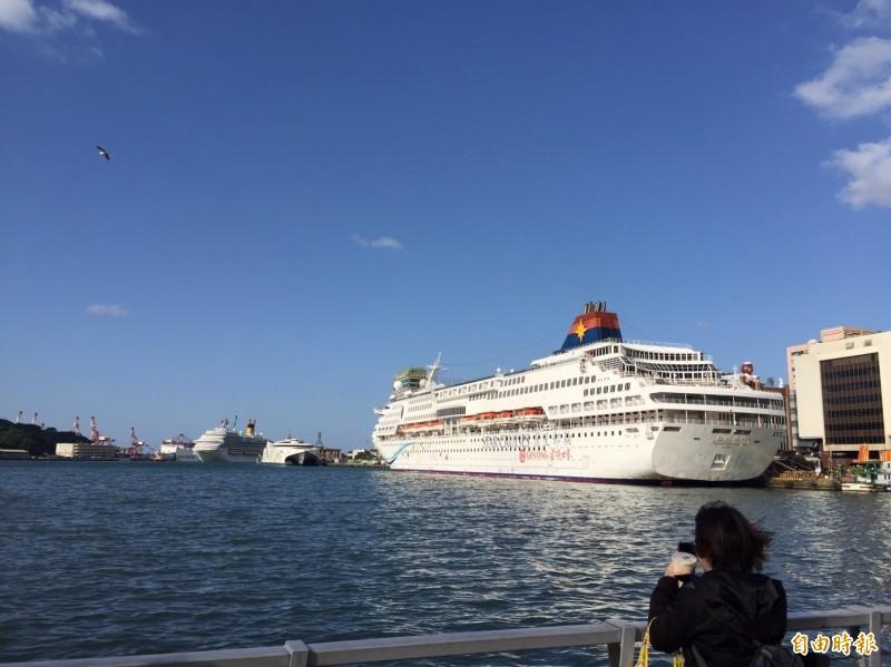 基隆港屢見多艘大型郵輪同時靠泊(記者盧賢秀攝)