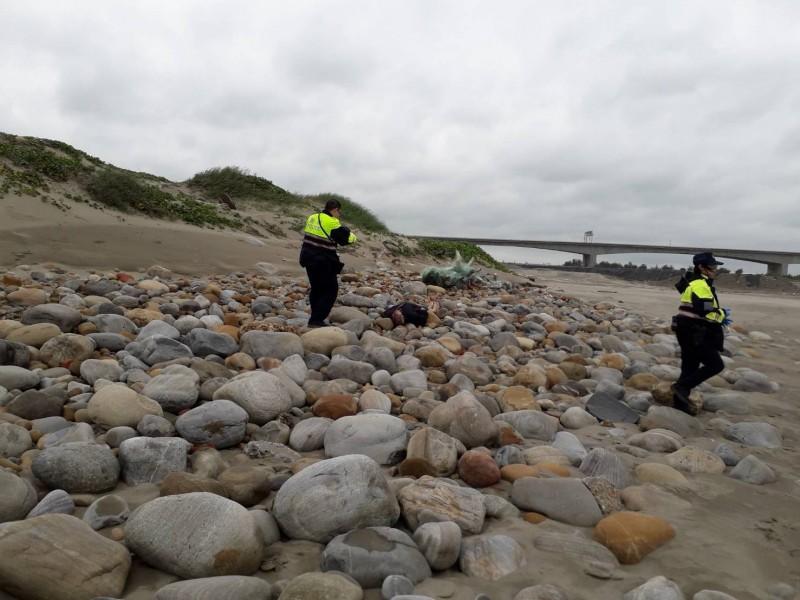 老漁夫今天上午8點多,被發現倒臥在苑裡漁港外灘死亡,空勤直升機協助吊掛搬運。(記者彭健禮翻攝)