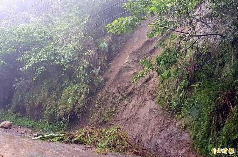 南投縣鹿谷鄉「二突路」邊坡因雨水沖刷嚴重裸露,危及民眾進出安全。(記者謝介裕攝)
