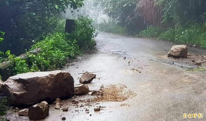 南投縣鹿谷鄉「二突路」因雨出現大量落石,令往來民眾驚呼連連。(記者謝介裕攝)
