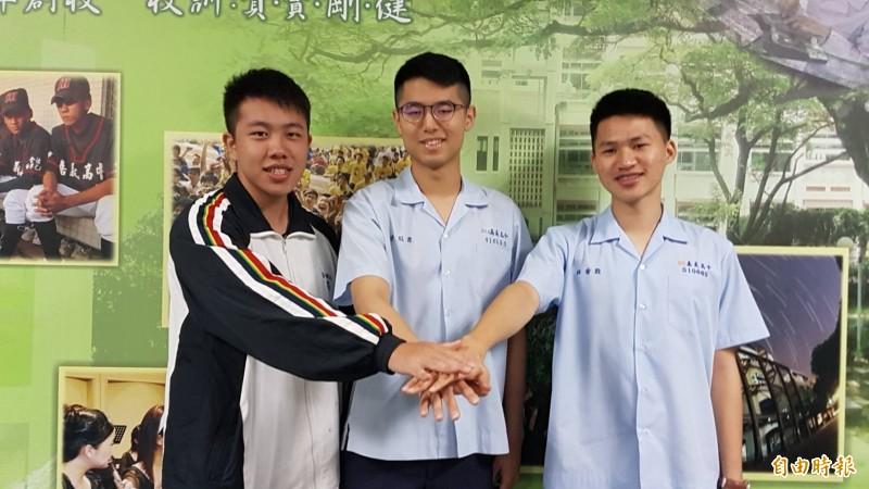 嘉中林晉毅(右)錄取哈佛大學部國際生,宋冠霖(中)、蔡典儒(左)經由申請入學同時獲得台灣大學醫學系正取。(記者丁偉杰攝)